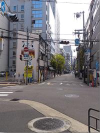 阪神高速をくぐります