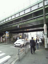 阪神高速の下をくぐって直進